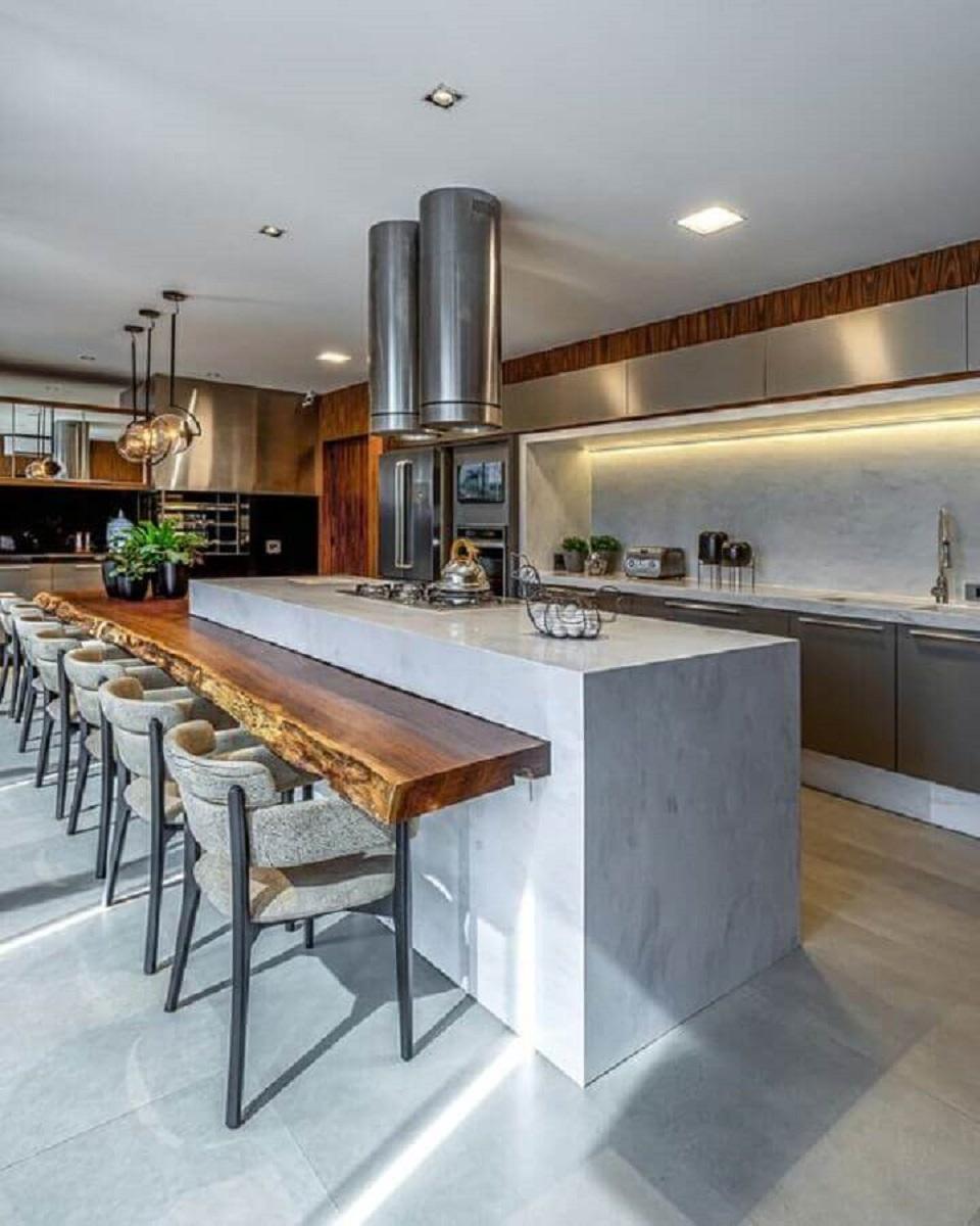 Decoração moderna de cozinha planejada com ilha gourmet e bancada de madeira de demolição Foto Camila Cavazzana