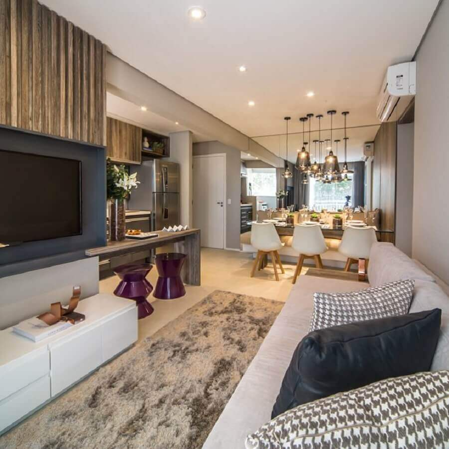 Decoração moderna de sala de estar e jantar integradas pequenas com parede espelhada e tapete felpudo Foto Home Fashion Trend