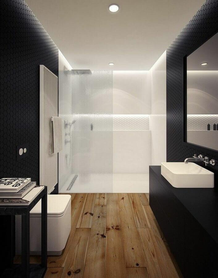 Decoração moderna em preto e branco para banheiro com piso de madeira Foto Deavita