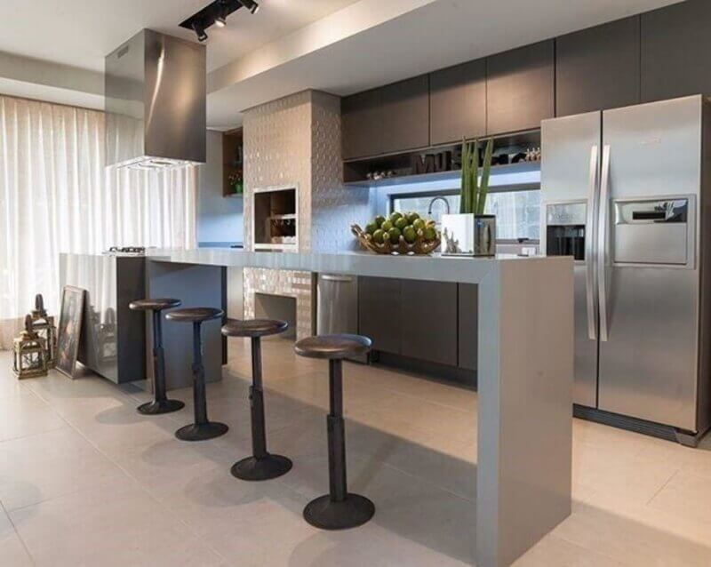 Decoração moderna em tons de cinza para casa com sala e cozinha americana Foto Ana Mahler