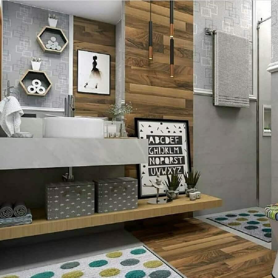 Decoração moderna para banheiro com piso de madeira e bancada de cimento queimado