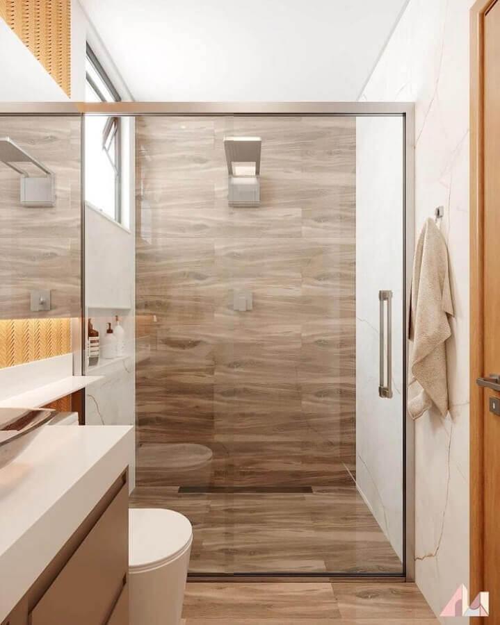 Decoração moderna para banheiro pequeno com piso de madeira Foto Paloma Rodrigues