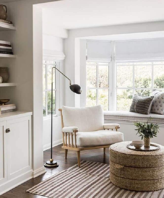 Decoração para cantinho de leitura com luminária de piso e poltrona branca Foto Studio McGee