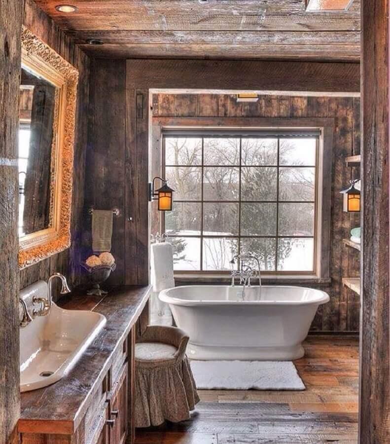 Decoração rustica com banheira de imersão para banheiro com piso de madeira Foto Zid Interior Design