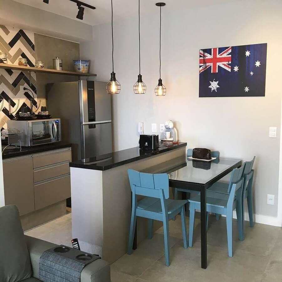 Decoração simples com cadeiras azuis para sala e cozinha americana pequena integradas Foto Cespeda Arquitetura