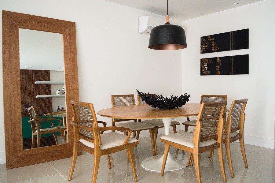Decoração simples com espelho grande na sala de jantar com moveis de madeira Foto Vitral Arquitetura