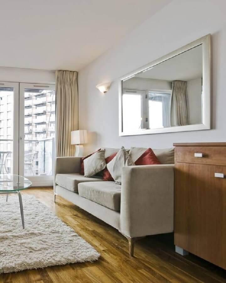 Decoração simples com tapete felpudo e espelho na sala de estar Foto Wevans