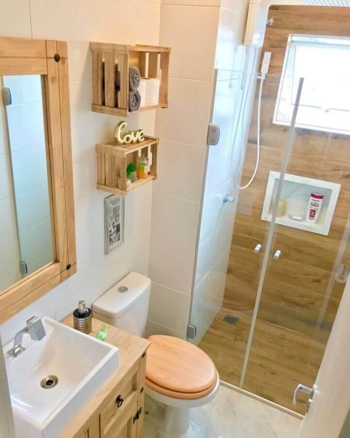 Decoração simples para banheiro com piso de madeira no box Foto Apto 304 by Pierre