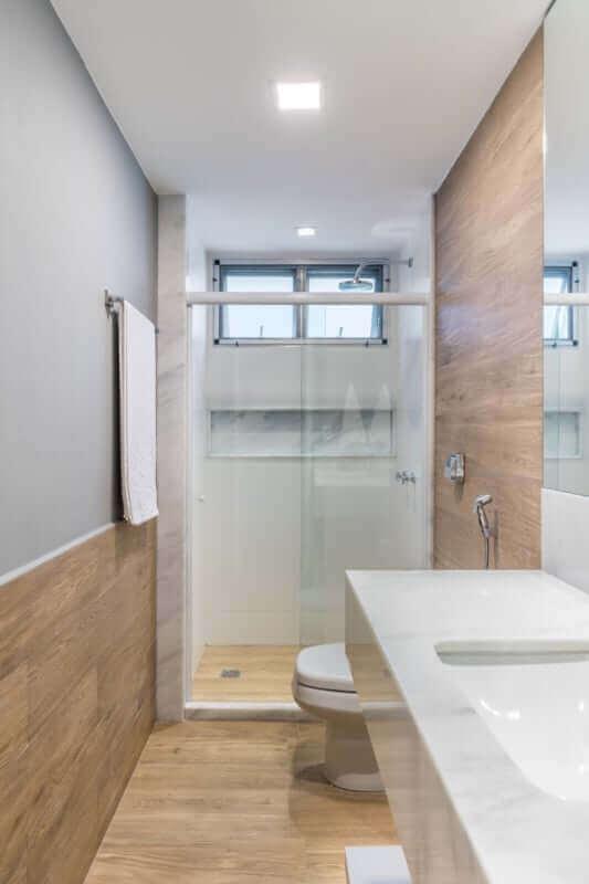Decoração simples para banheiro com piso de madeira pequeno Foto Decor Fácil