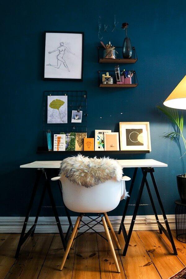 Decoração simples para home office com memory board Foto Unsplash