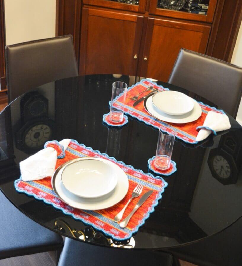 Decoração simples para mesa preta com jogo americano artesanal Foto Circulo