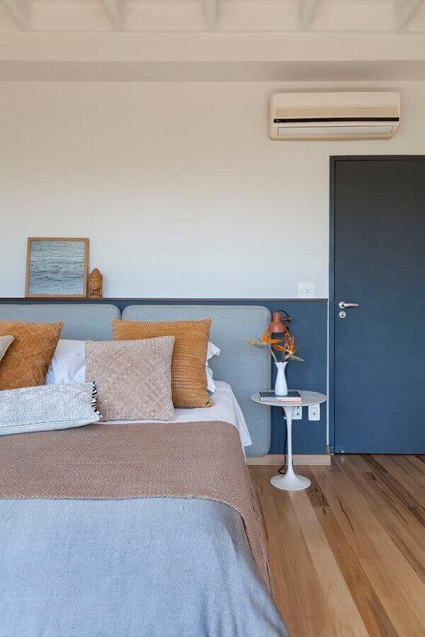 Decoração simples para quarto azul e branco com cabeceira de casal almofadada Foto Julia Ribeiro