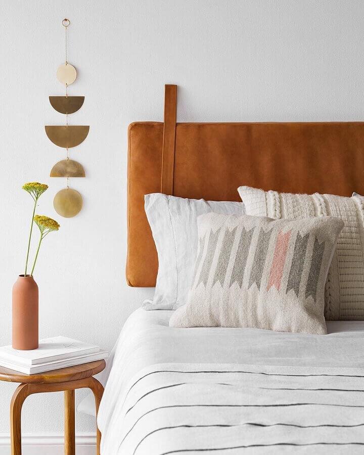 Decoração simples para quarto branco com cabeceira de cama almofadada marrom Foto Apartment Therapy