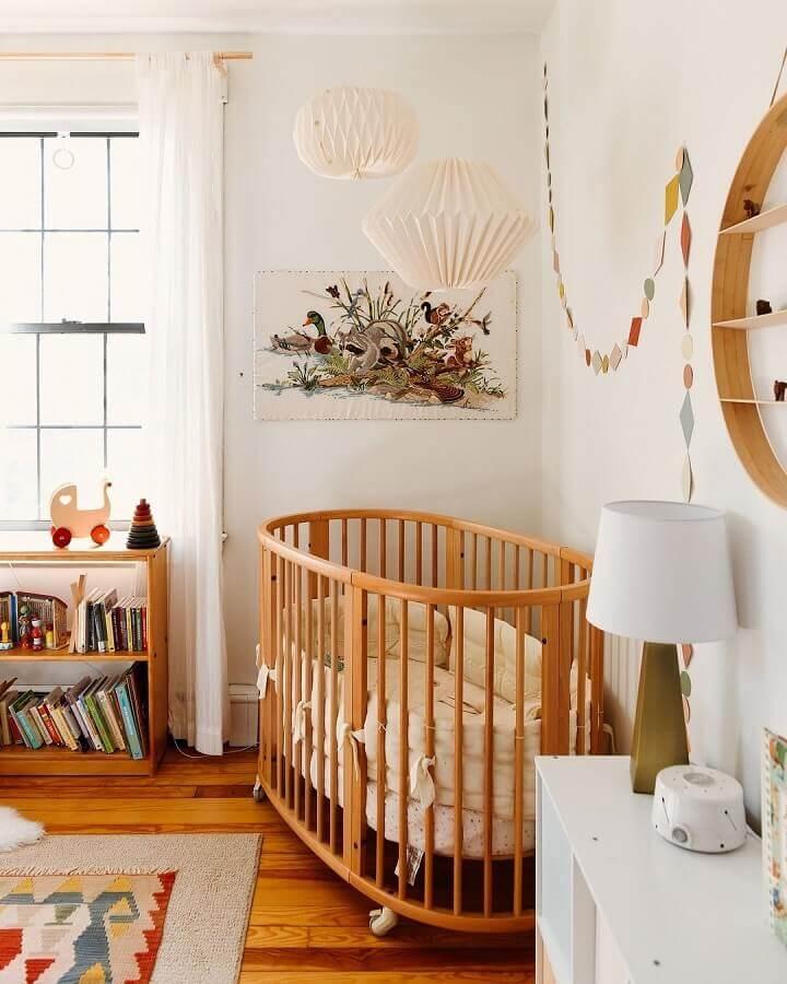 Decoração simples para quarto de bebê com berço de madeira arredondado Foto Deux par Deux