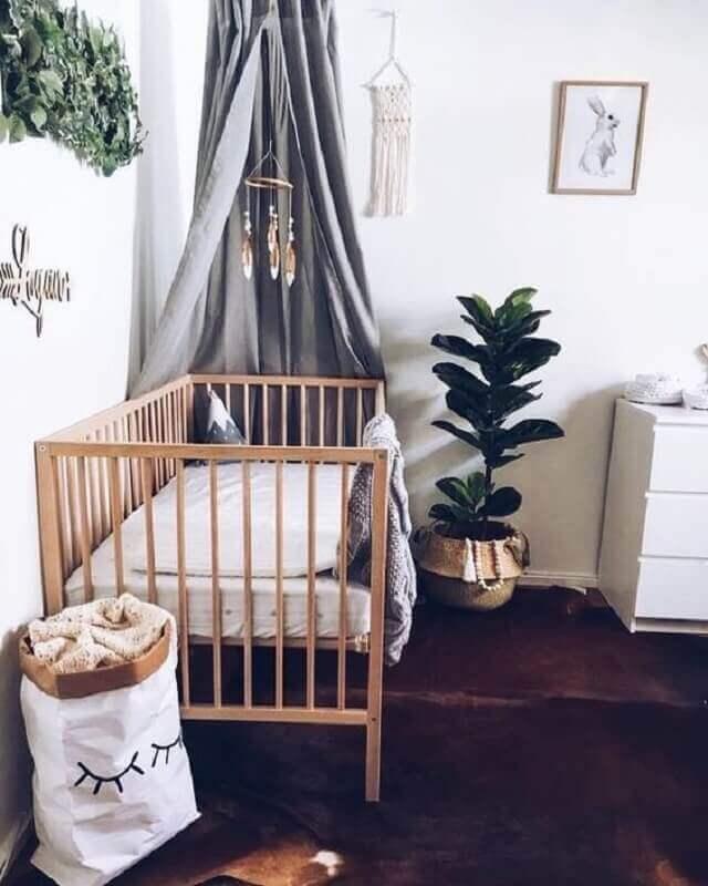 Decoração simples para quarto de bebê com dossel cinza para berço de madeira Foto Chaves na Mão