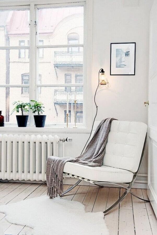 Decoração simples para sala com poltrona branca Foto Camille Styles