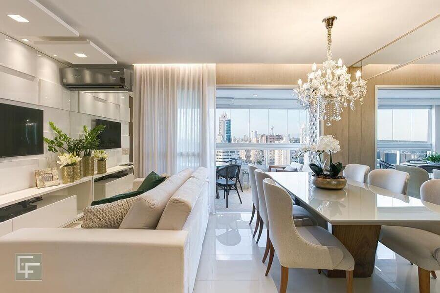 Decoração sofisticada com lustre de cristal para sala de estar e jantar integrada Foto Elayne Felix Interiores