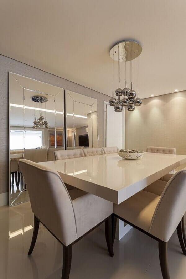 Decoração sofisticada em cores neutras com espelho grande na sala de jantar Foto Mariana Luccisano