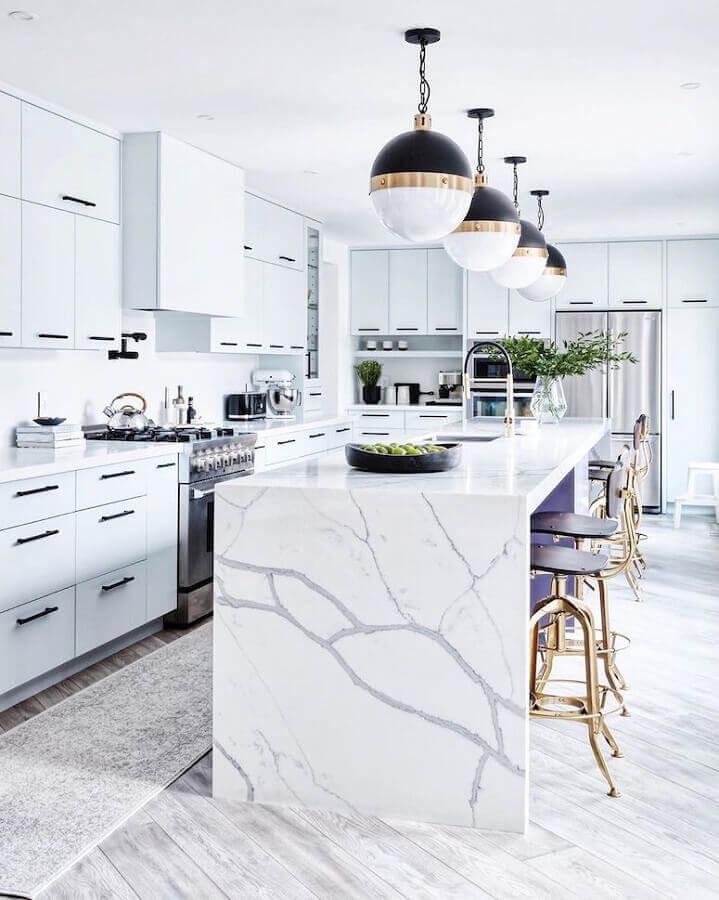 Decoração sofisticada para casa com sala e cozinha americana branca com ilha de mármore Foto Stacey Brandford