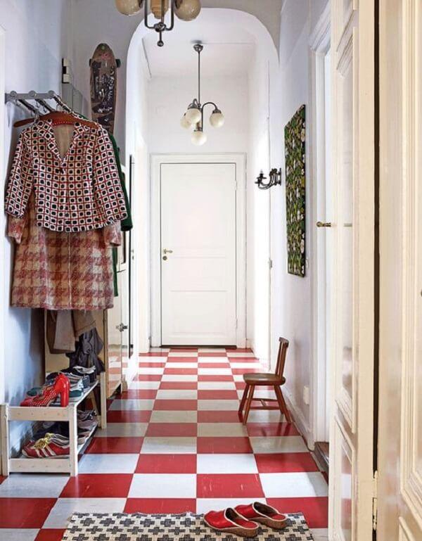 Decore seu ambiente com piso xadrez vermelho. Fonte: Miss Prints