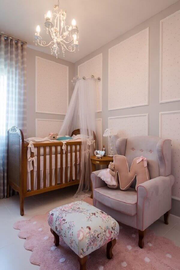 Dossel de parede para quarto de bebê cinza e rosa decorado com berço de madeira Foto TulipaBaby