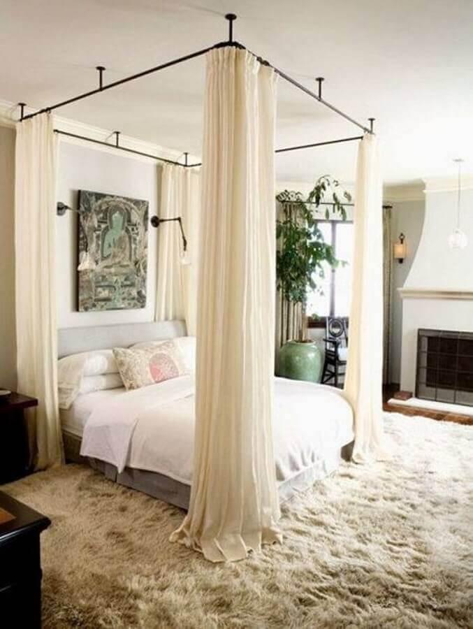 Dossel de teto para quarto de casal decorado em cores claras com tapete felpudo Foto Archidea