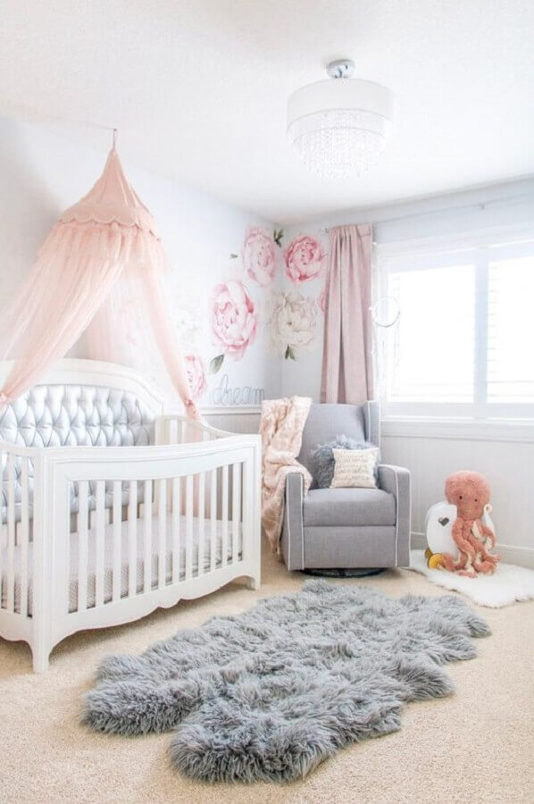 Dossel para berço de quarto de bebê decorado com tapete felpudo e poltrona cinza Foto Home Fashion Trend