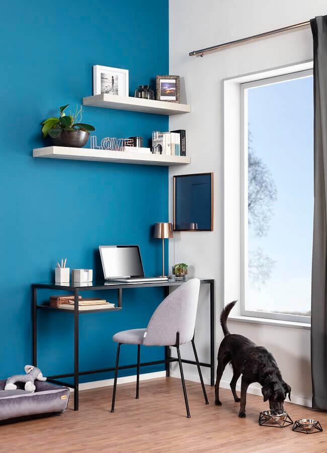 Escritório azul e branco decorado com escrivaninha preta simples Foto Tok&Stok