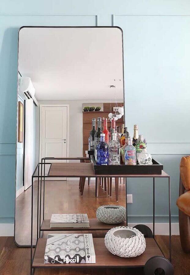 Espelho grande na sala decorada com aparador barzinho Foto Architecture Art Designs