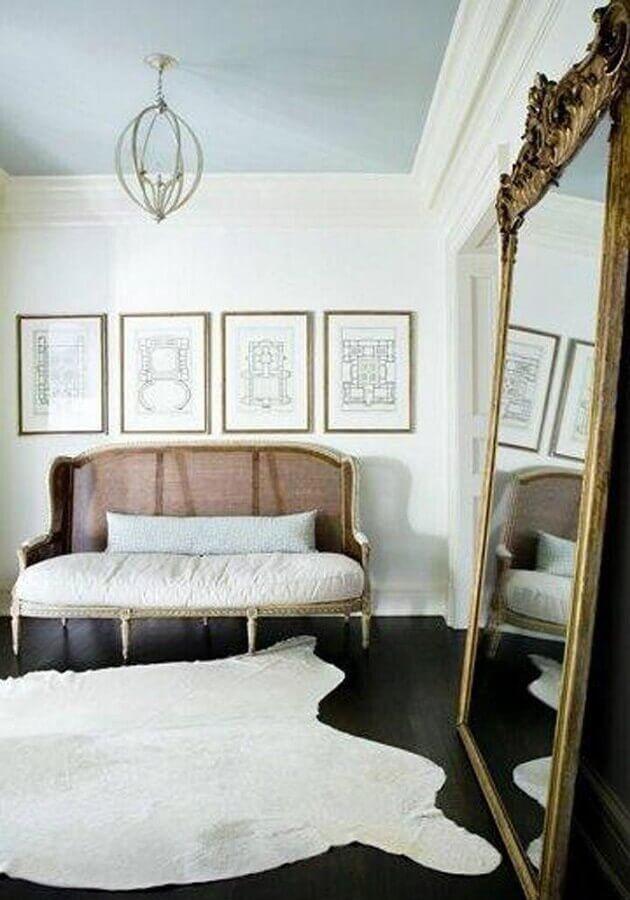 Espelho grande na sala decorada com sofá antigo e tapete branco Foto Architecture Art Designs