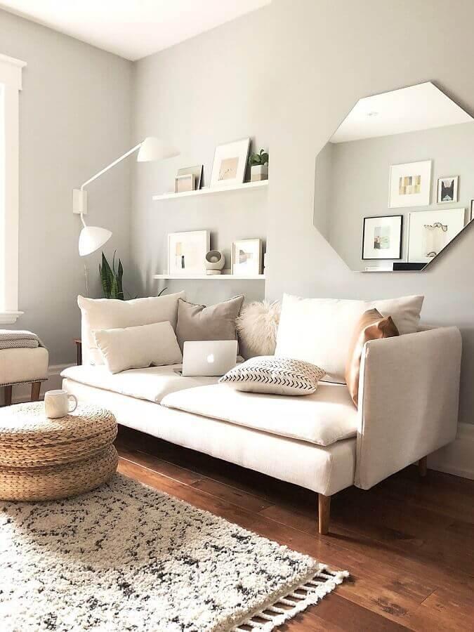 Espelho na sala de estar decorada em cores claras com sofá moderno Foto Apartment Therapy