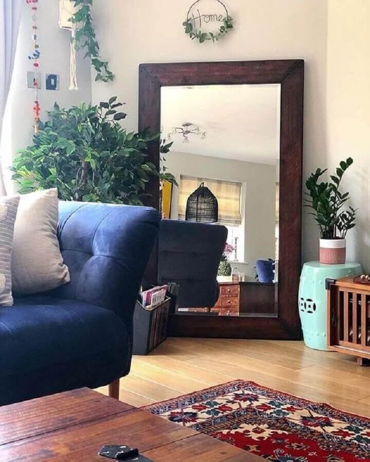 Espelho na sala de estar simples decorada com sofá azul Foto Kirti