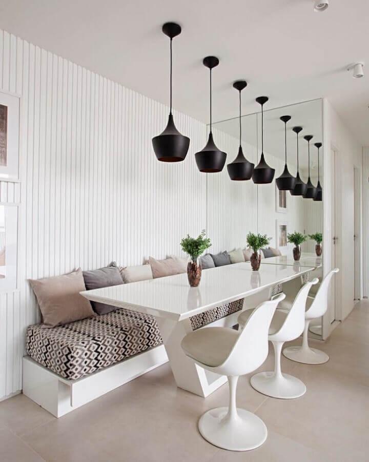 Espelho na sala de jantar branca decorada com luminária pendente preta Foto Estúdio Ela Arquitetura