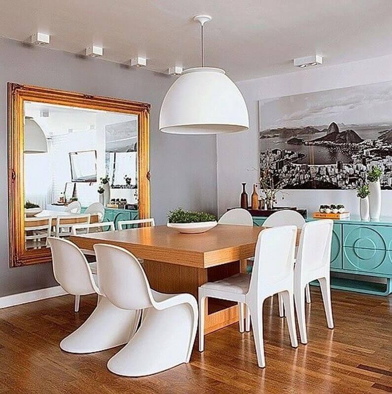 Espelho na sala de jantar cinza decorada com buffet azul e mesa quadrada de madeira Foto Houzz