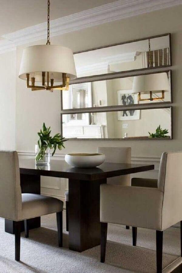Espelho na sala de jantar decorada com lustre redondo para mesa de madeira Foto Houzz