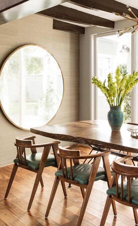 Espelho na sala de jantar decorada com mesa de madeira rustica Foto Decor Fácil