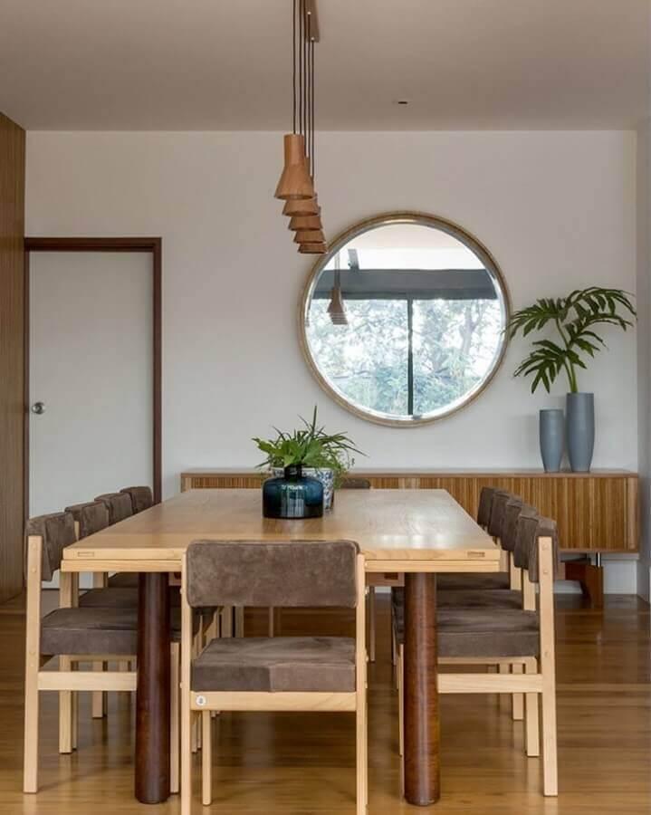 Espelho na sala de jantar decorada com moveis de madeira e cadeiras estofadas Foto Mariana Linhares Interiores