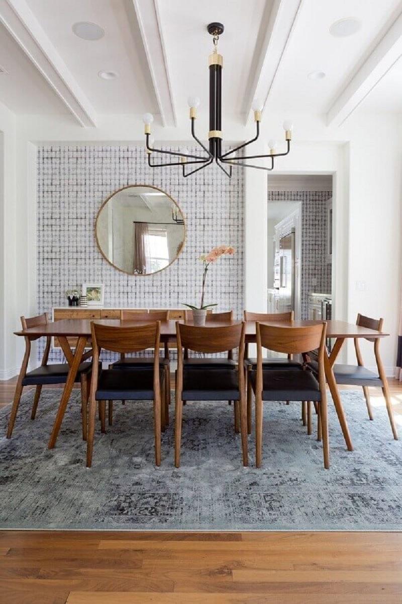 Espelho redondo na sala de jantar decorada com tapete cinza e lustre moderno Foto Home Fashion Trend