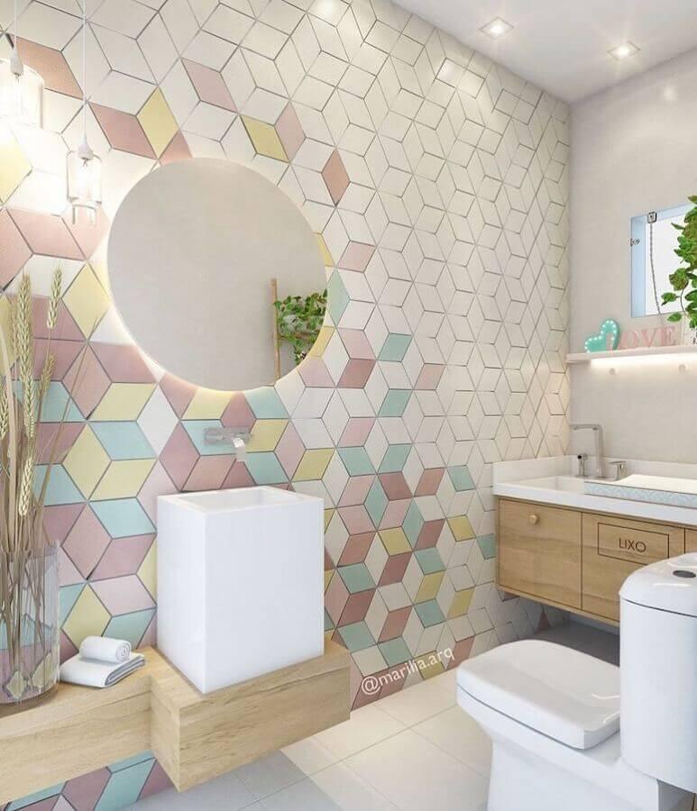 Espelho redondo para banheiro bonito decorado com revestimento colorido Foto Marilia Zimmermann