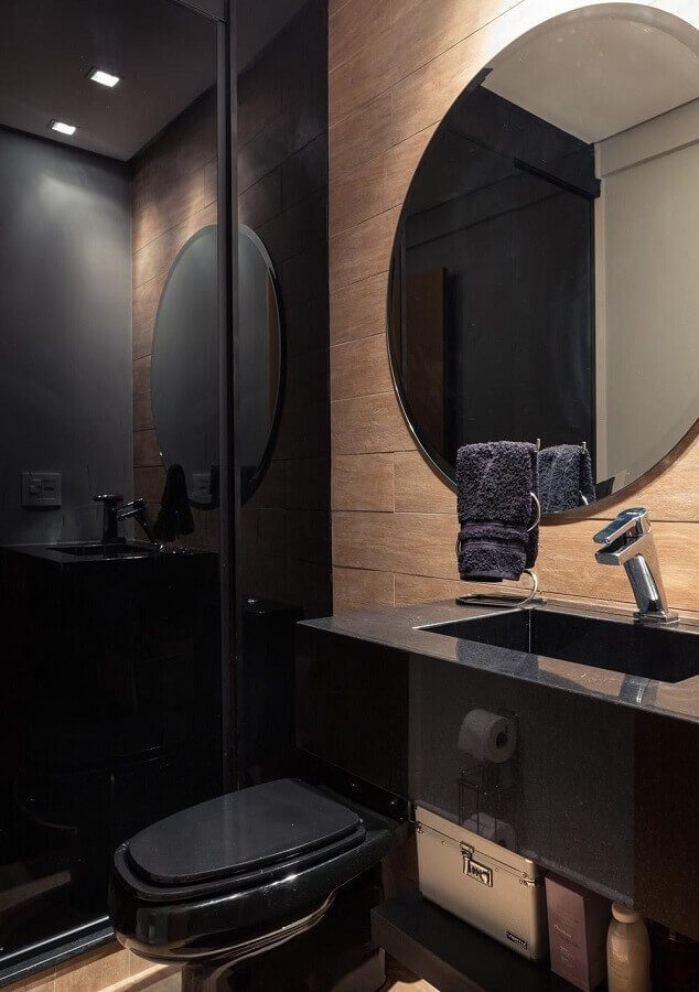 Espelho redondo para banheiro bonito preto decorado com revestimento de madeira Foto Braccini + Lima Arquitetura