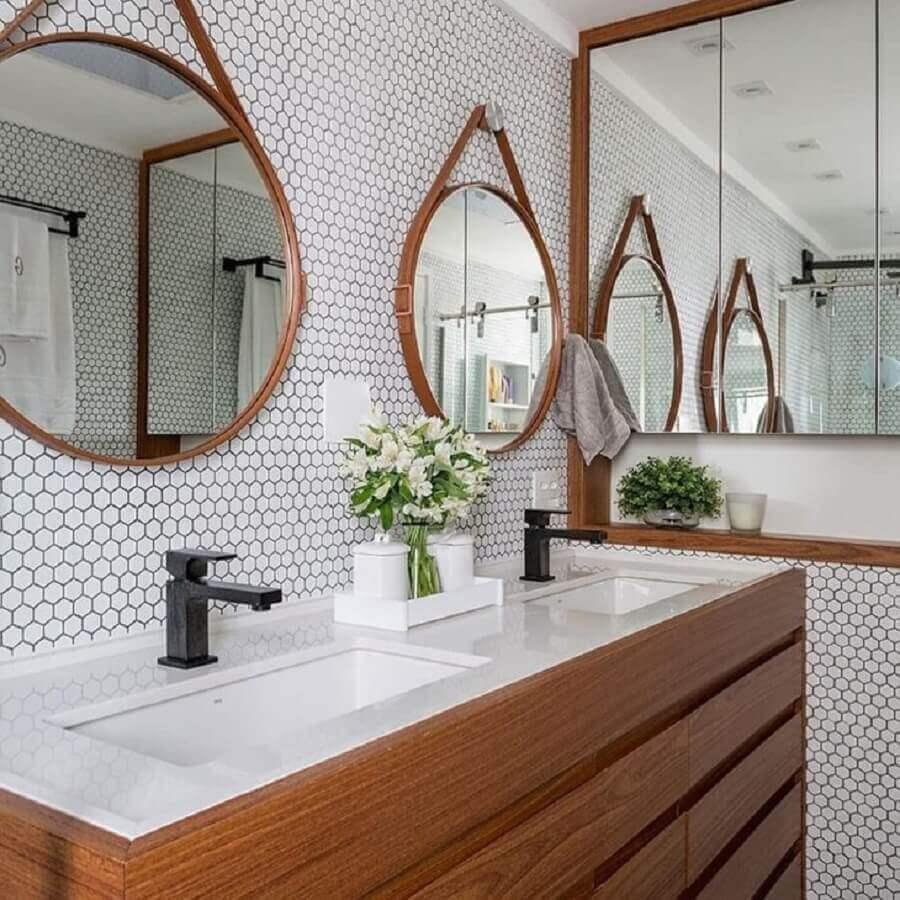Espelho redondo para decoração de banheiro pequeno com revestimento hexagonal branco Foto Estúdio AE Arquitetura