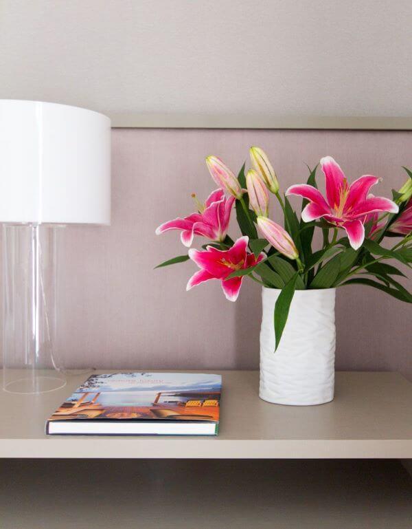 Estante decorada com vaso de flor para sala de estar