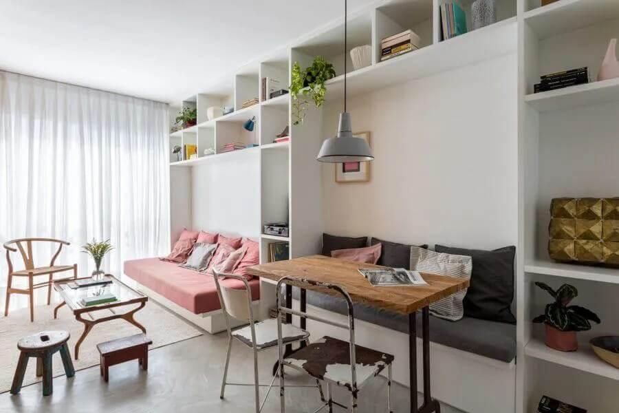 Estante planejada de nichos para decoração de sala de estar e jantar integrada Foto Leandro Garcia