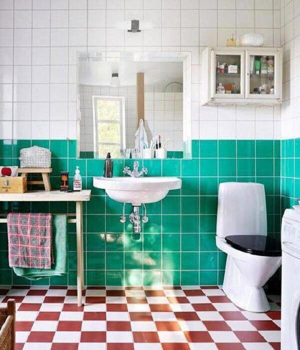 Este banheiro usa os pisos antigos para gerar contraste no ambiente. Fonte: Kitchen Bath Design Center