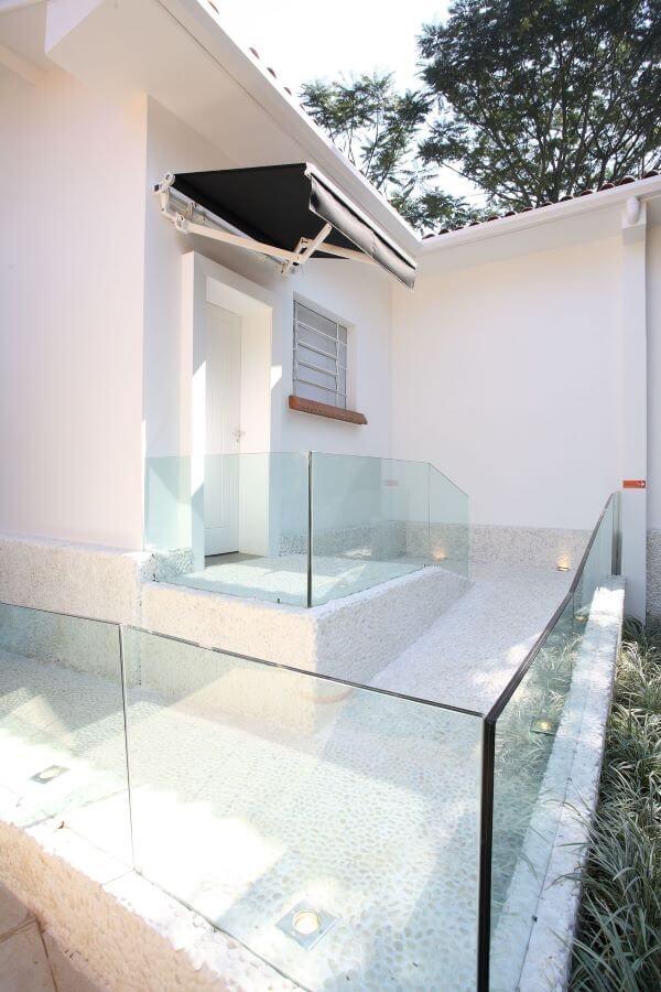 Fachada com guarda corpo de vidro