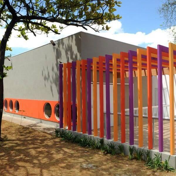 Fachada com pergolado de concreto colorido. Fonte: Triplex Arquitetura
