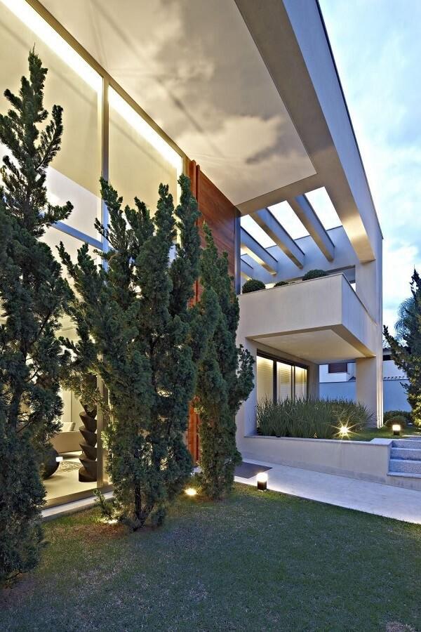 Fachada com pergolado de concreto pré moldado e luminárias metálicas. Fonte: Gislene Lopes