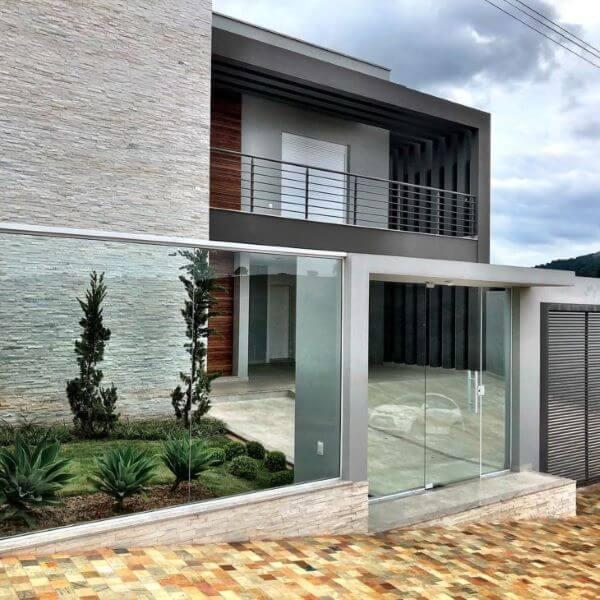 Fachada com porta e muro de vidro