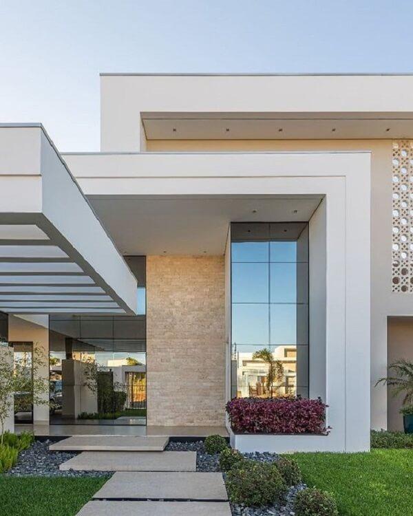 Fachada contemporânea com pergolado de concreto. Fonte: Decor Salteado