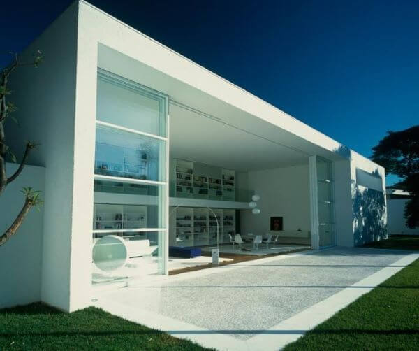 Fachada de casa de vidro moderna e aberta